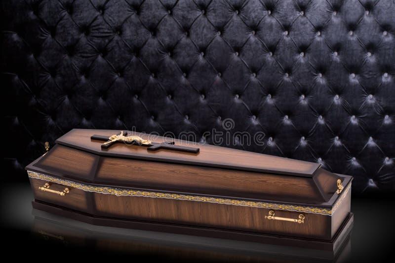 Gesloten houten bruine die doodskist met Kerkkruis op grijze luxeachtergrond wordt ge?soleerd kist op koninklijke achtergrond royalty-vrije illustratie
