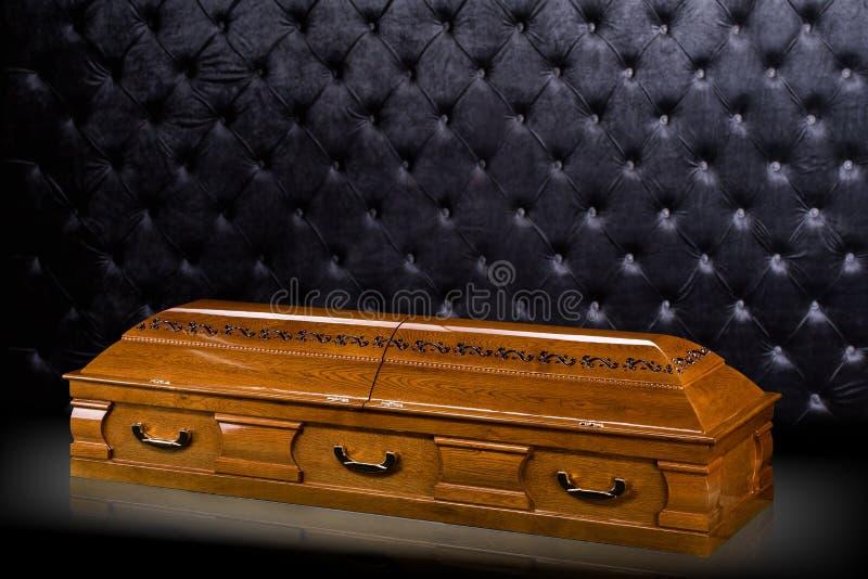Gesloten houten bruine die sarcofaag op grijze luxeachtergrond wordt ge?soleerd kist, doodskist op koninklijke achtergrond stock illustratie