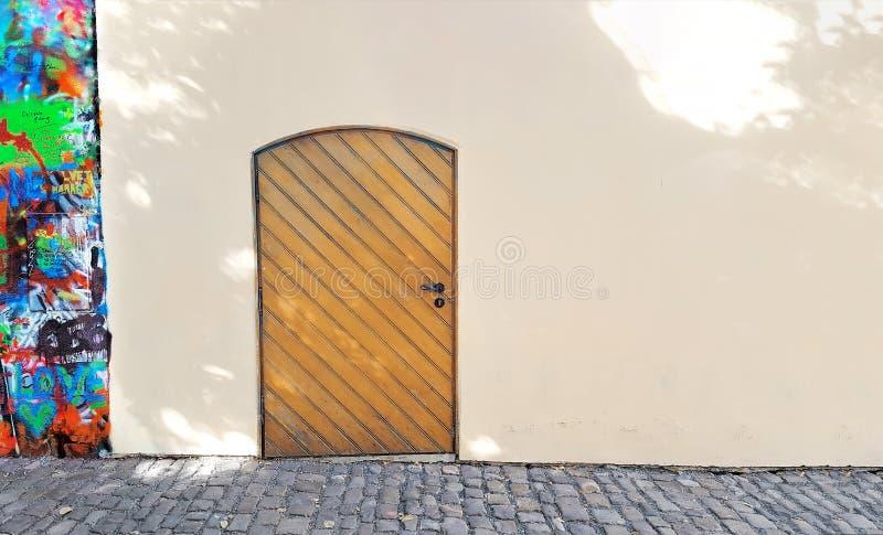 Gesloten houten deur op een een een steenmuur, textuur of achtergrond royalty-vrije stock afbeeldingen
