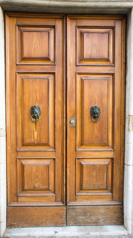 Bruine houten deur met kloppers royalty-vrije stock fotografie