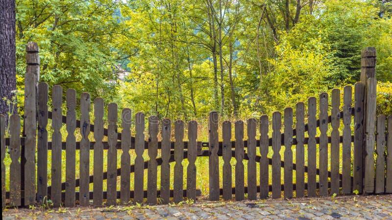Gesloten houten poort op een bosachtergrond stock afbeelding