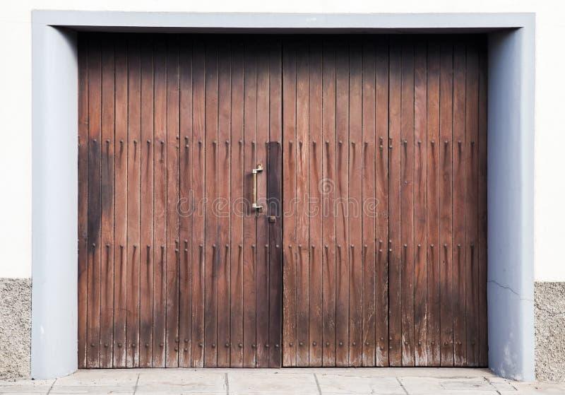 Gesloten houten poort in witte concrete muur royalty-vrije stock fotografie