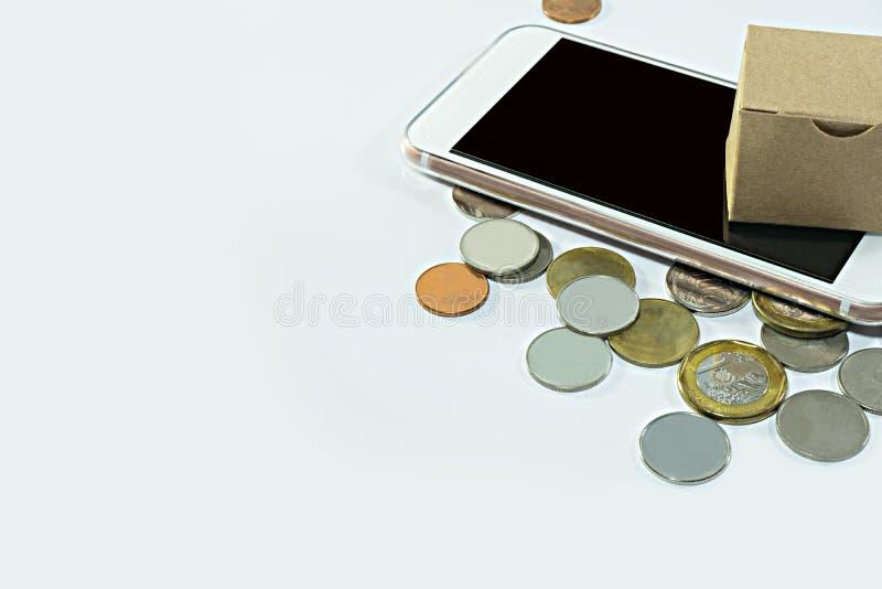 Gesloten kartondoos met muntstukken op een wit stock fotografie