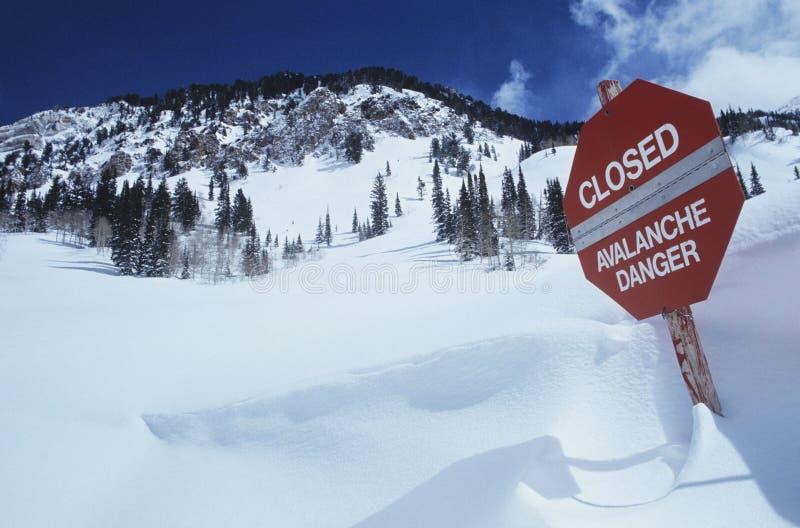 Gesloten--lawine danger teken in sneeuw stock fotografie