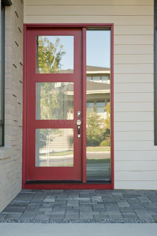 Gesloten moderne rode buitendeur van een huis stock foto afbeelding 34795240 for Moderne huis foto