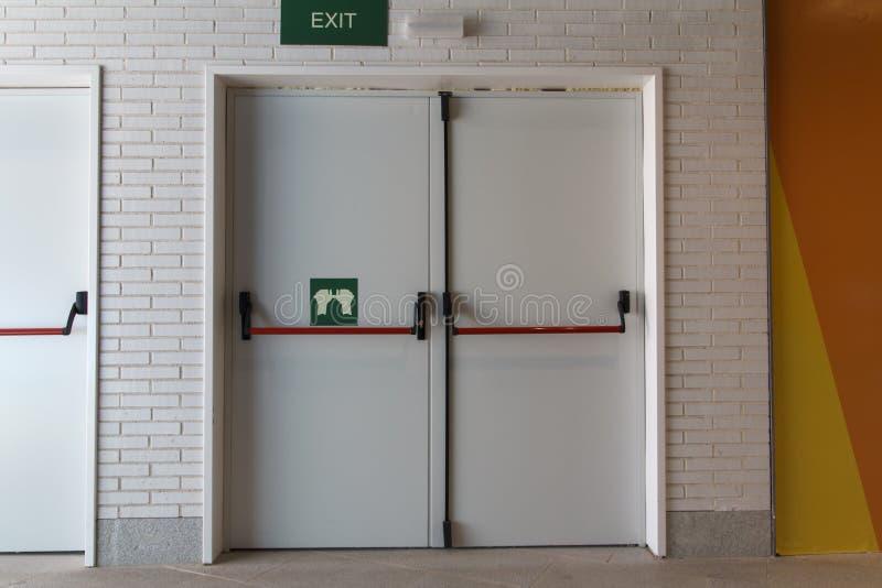 Gesloten noodsituatiedeur, voor snelle evacuatie stock afbeelding