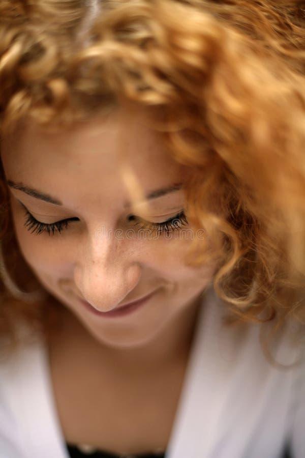 Gesloten ogen van schuwe gelukkige jonge redhead vrouw stock foto