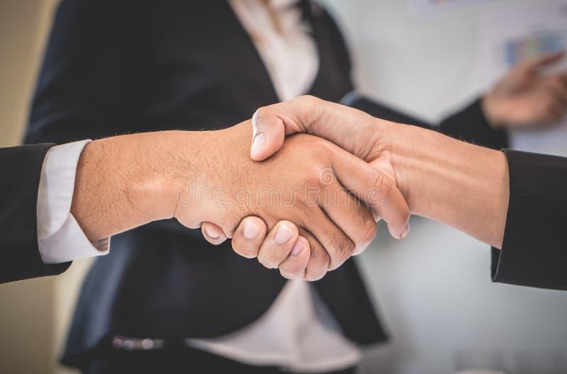 Gesloten omhoog handschok in commerciële vergaderingsovereenkomst stock fotografie