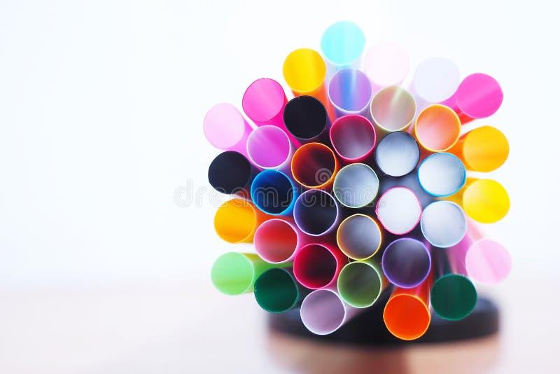 Gesloten omhoog kleurrijke plastic stro witte achtergrond royalty-vrije stock afbeeldingen