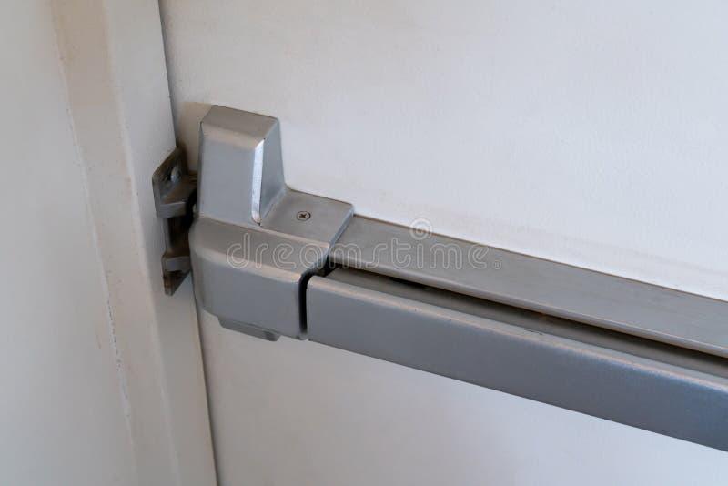 Gesloten omhoog klink en deurhandvat van nooduitgang stock afbeeldingen