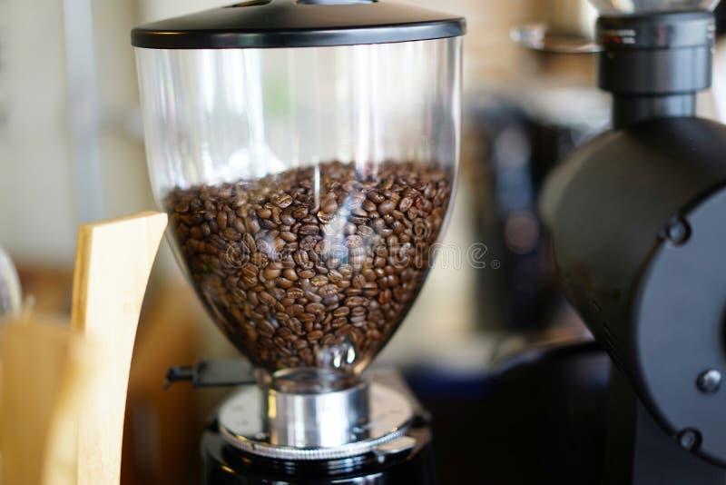 Gesloten omhoog koffiebonen in mixer stock foto's