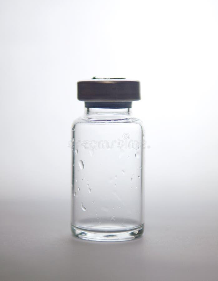 Gesloten omhoog silhouet van transparante injectieampule royalty-vrije stock afbeelding