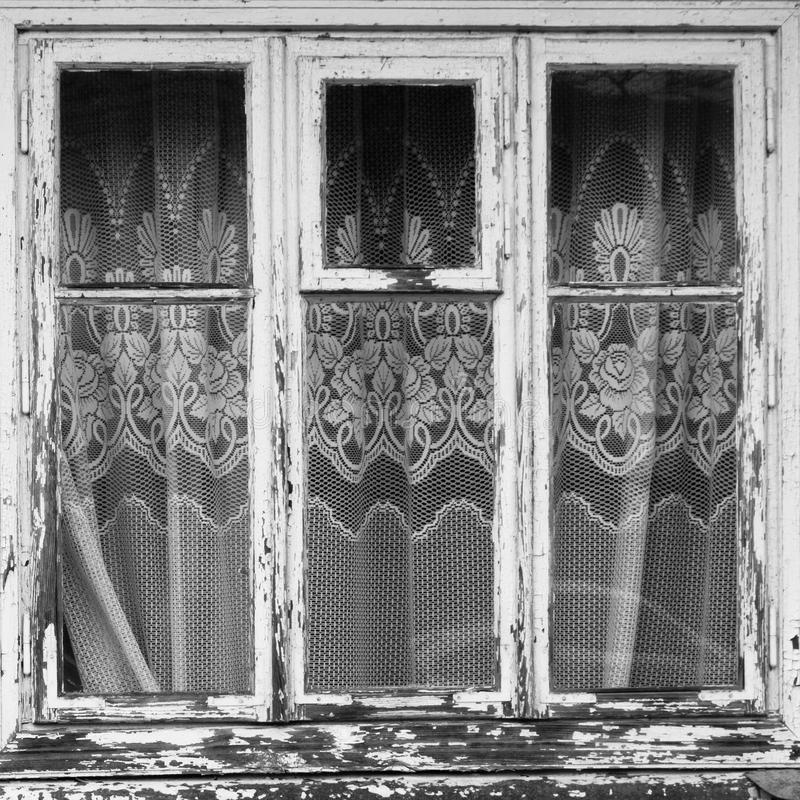 Gesloten oud venster met gordijn royalty-vrije stock fotografie