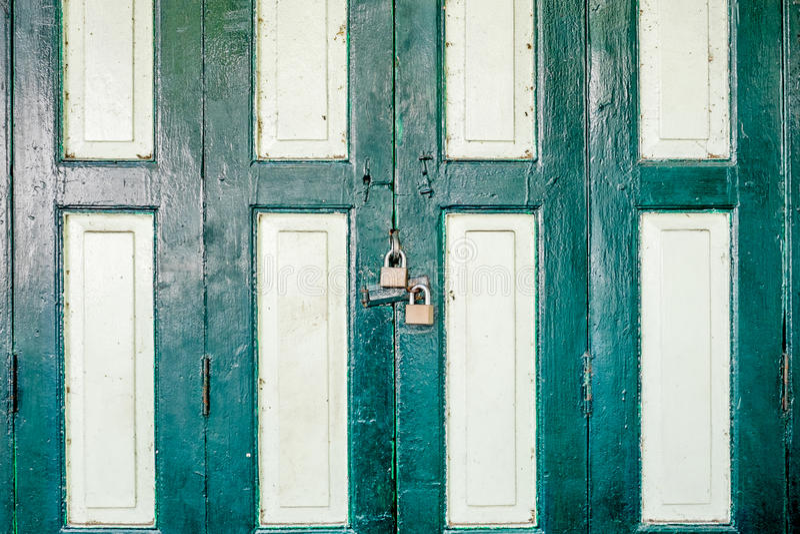 Gesloten oude deur in Thailand royalty-vrije stock afbeeldingen