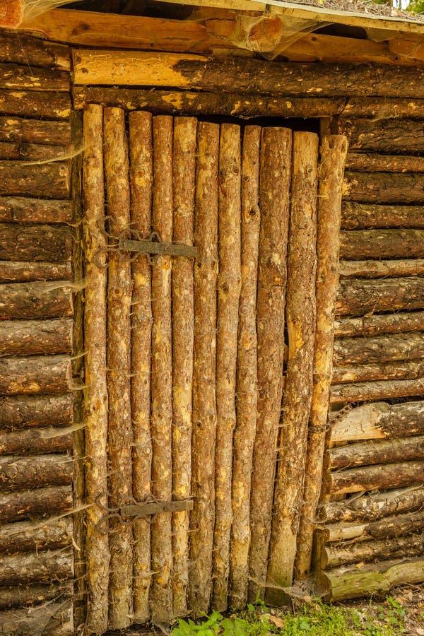 Gesloten oude houten deur aan een traditioneel Slavisch plattelandshuisje met meta royalty-vrije stock afbeeldingen