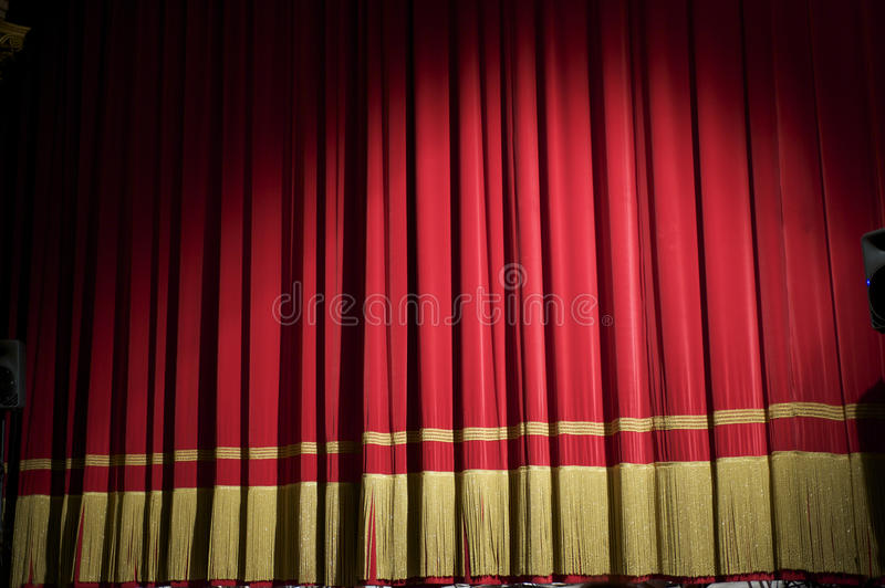 Gesloten rood gordijn stock fotografie