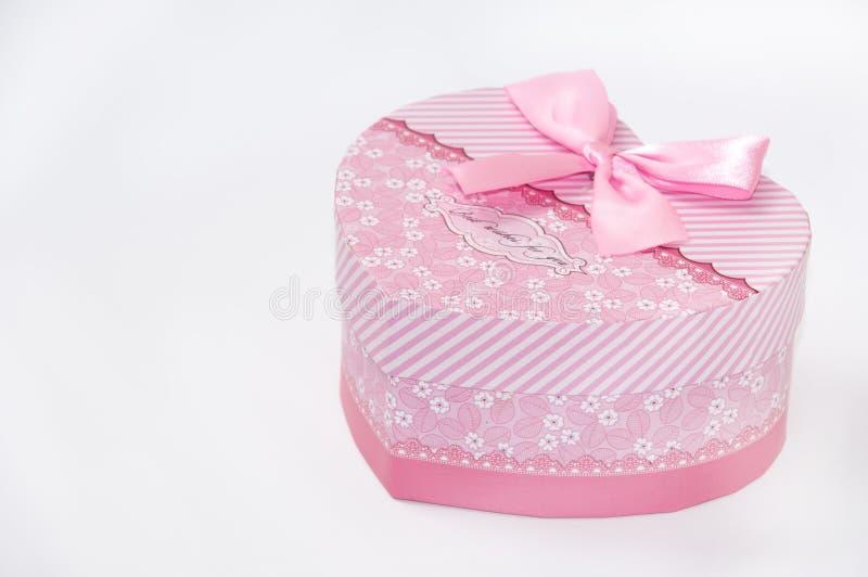 Gesloten roze giftdoos in vorm van het hart royalty-vrije stock fotografie