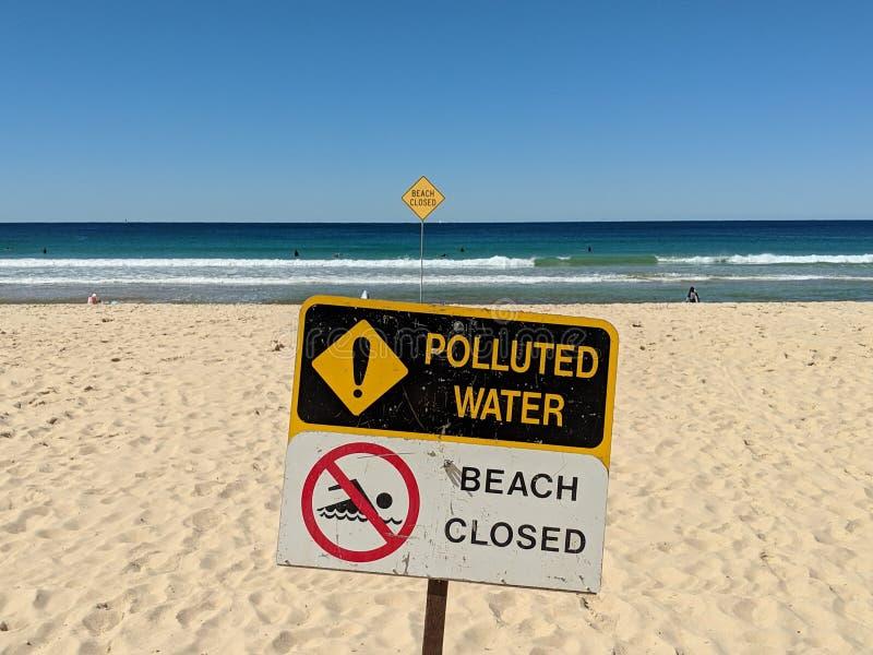 Gesloten strand - Verontreinigd Water royalty-vrije stock fotografie