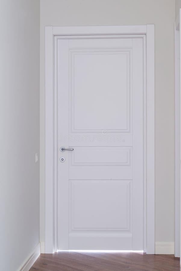 Gesloten witte binnenlandse verfdeur in huisbinnenland royalty-vrije stock foto's