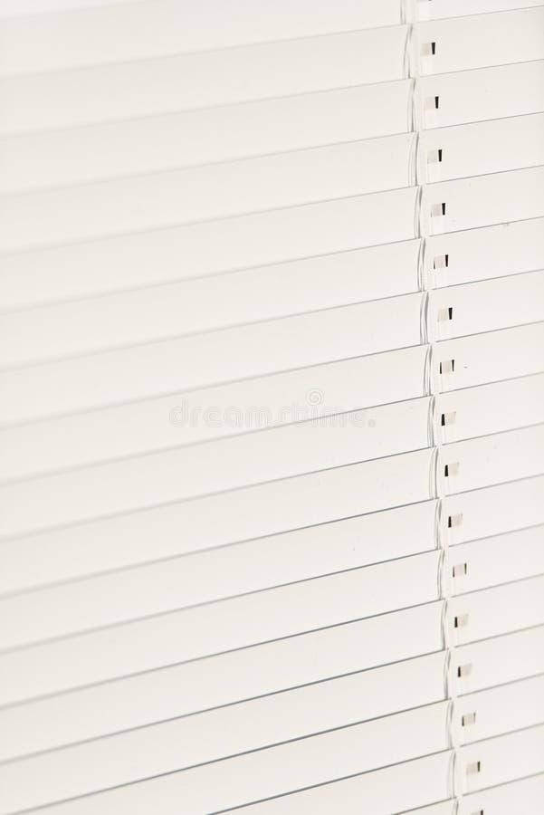 Gesloten witte vensterzonneblinden stock afbeeldingen