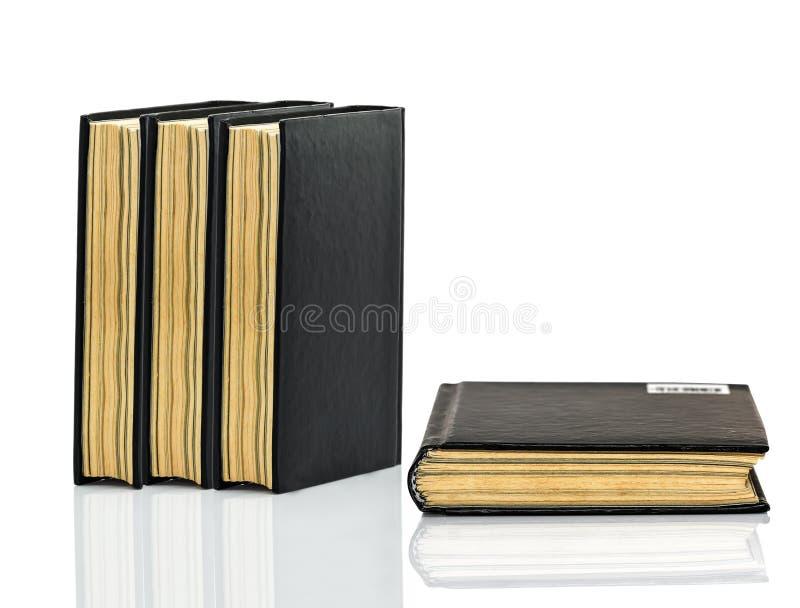 Gesloten zwart boek met schaduw op witte achtergrond royalty-vrije stock foto