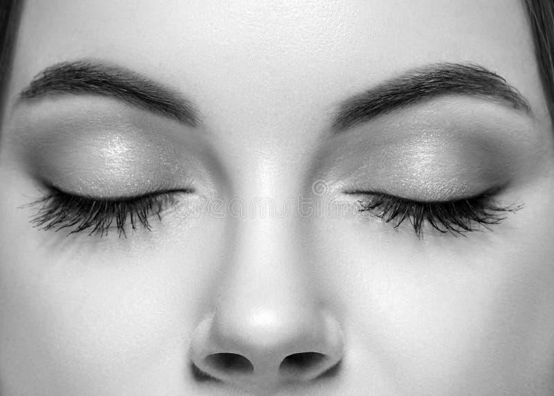 Gesloten zwart-witte de neusstudio van vrouwenogen royalty-vrije stock afbeelding