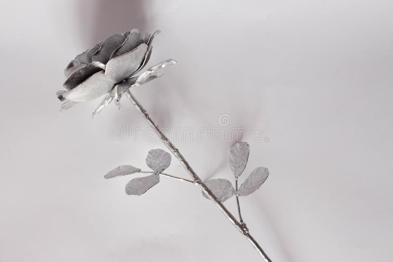 Gesmede de hand nam toe Nam terug gesmeed met de hand gemaakt van metaal op een wit toe stock afbeeldingen