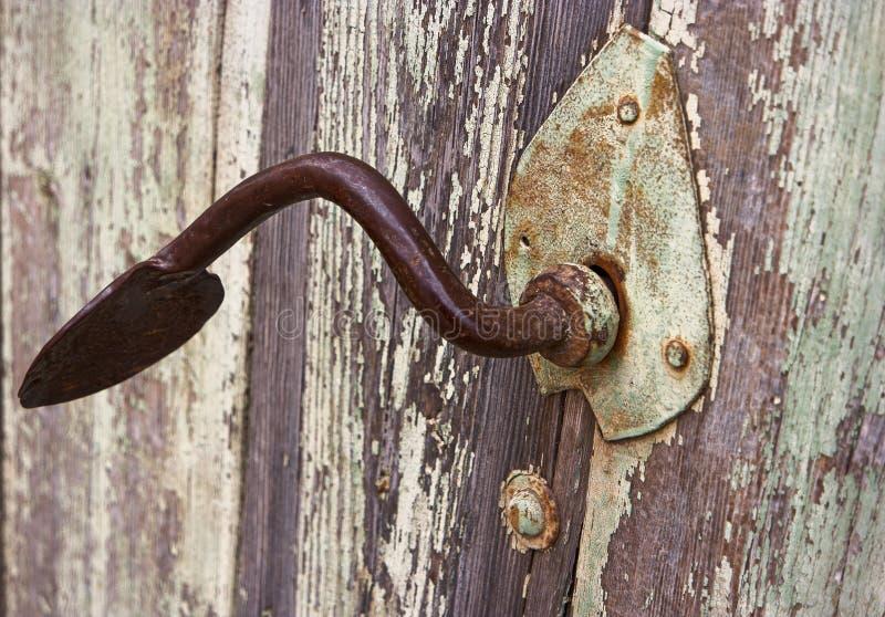 Gesmede Metaalhandvat en Staalmontage van Houten Antieke deur stock foto's