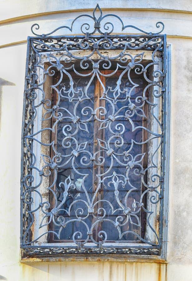 Gesmeed traliewerk op het venster royalty-vrije stock fotografie