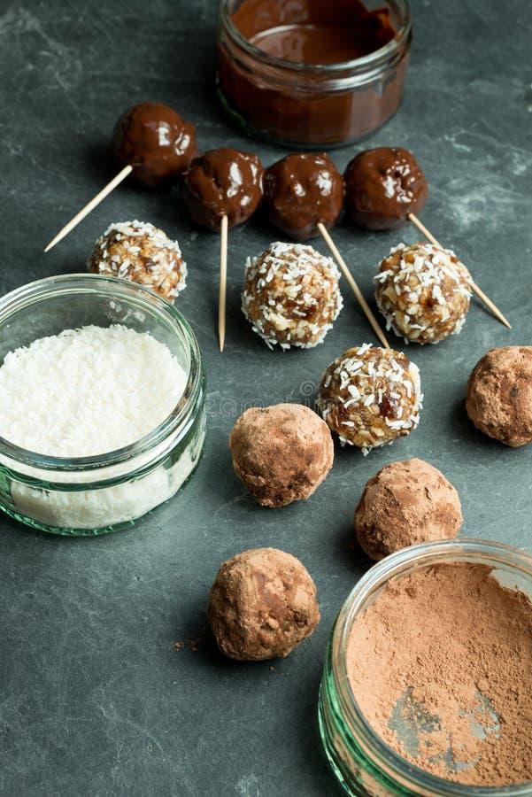 Gesmolten Chocolade, Kokosnoot, en Chocoladepoeder naast Protei royalty-vrije stock foto's