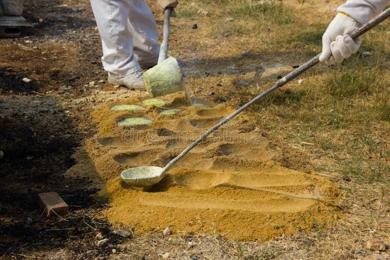 Illustratie van gesmolten metaal die van een gieterij worden gegoten crucibl stock fotografie