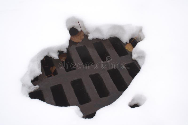 Gesmolten gat in sneeuw royalty-vrije stock fotografie