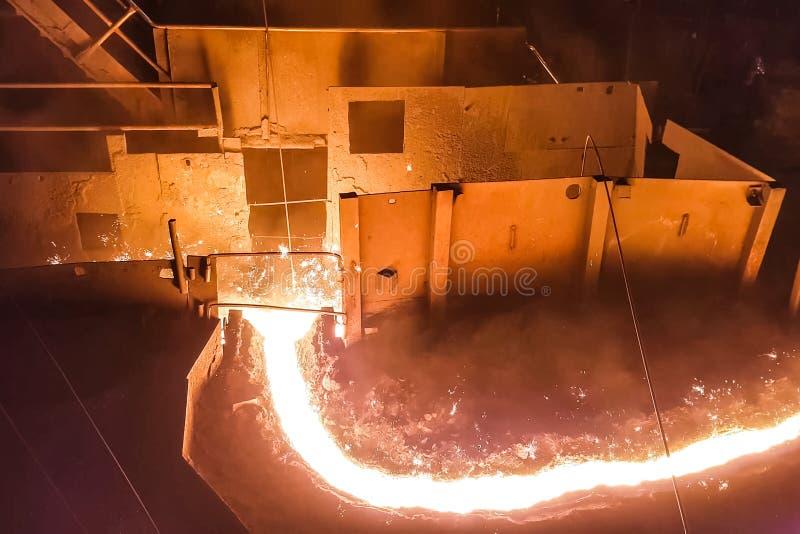 Gesmolten ijzerstroom in een staalfabriek royalty-vrije stock afbeeldingen