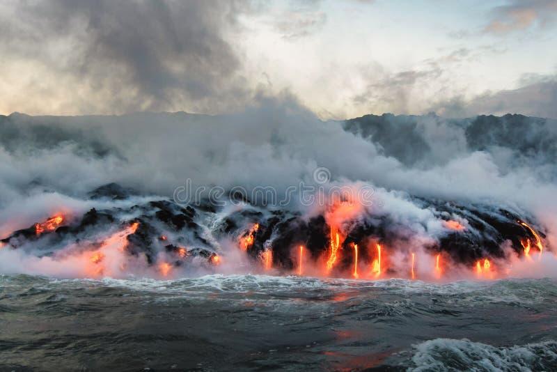 Gesmolten lava die in de Vreedzame Oceaan stromen royalty-vrije stock foto