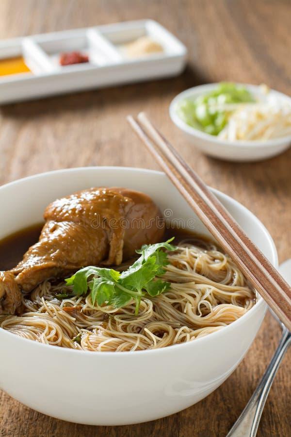 Gesmoorde de soep Thaise stijl van de kippennoedel stock afbeeldingen