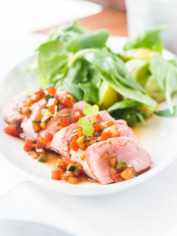 Gesmoorde verse tonijn met hete salade royalty-vrije stock foto