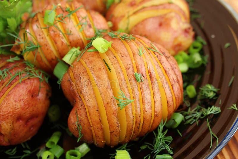 Gesneden aardappelschil die in de oven wordt gebakken royalty-vrije stock afbeelding