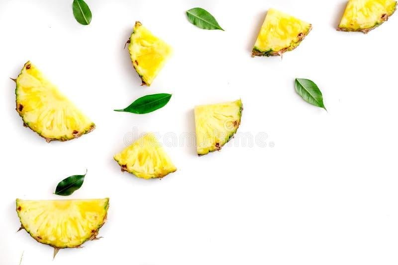 Gesneden ananas in exotisch het ontwerp wit van het de achtergrond zomerfruit hoogste meningsmodel stock foto's