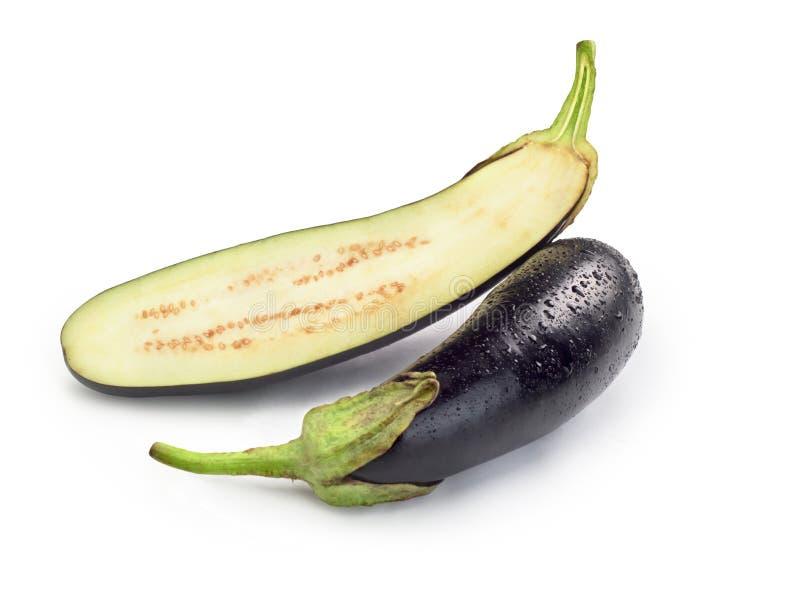 Gesneden aubergine op witte achtergrond stock foto's