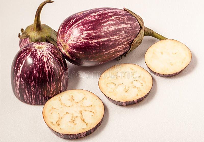 Gesneden aubergine op witte geïsoleerde oppervlakte Voedsel royalty-vrije stock afbeelding