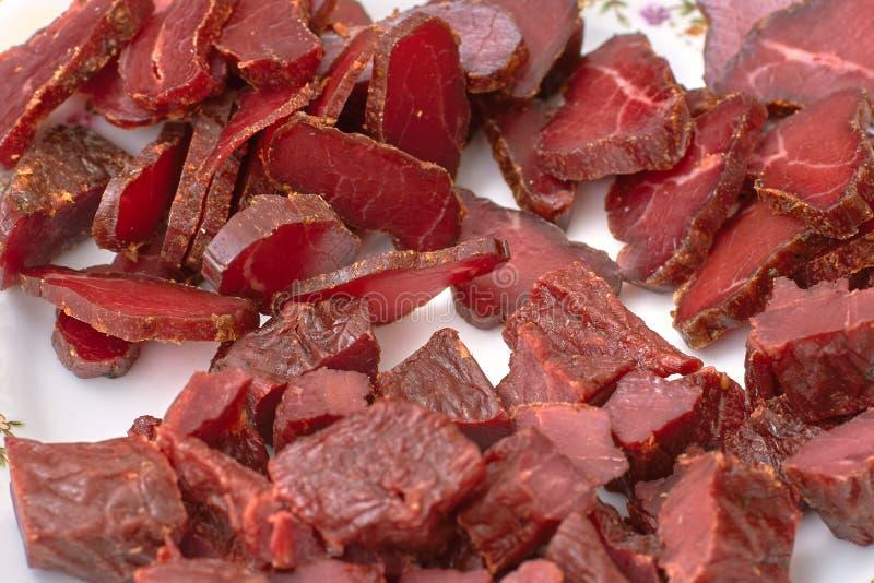 Gesneden besnoeiingen van vlees, basturma, schokkerig rundvlees, paardvlees met kruiden op een plaat, close-up royalty-vrije stock foto's