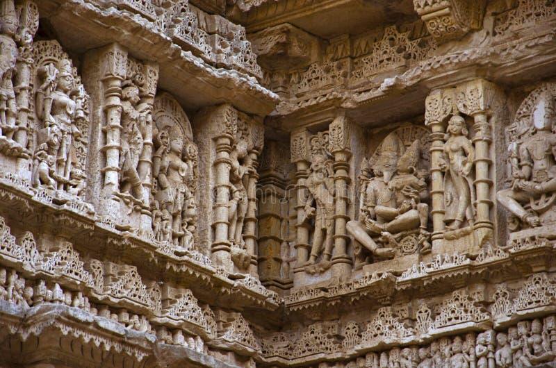 Gesneden binnenmuren van Ranien ki vav, ingewikkeld geconstrueerd stepwell op de banken van Saraswati-Rivier Patan, Gujarat, Indi stock afbeeldingen