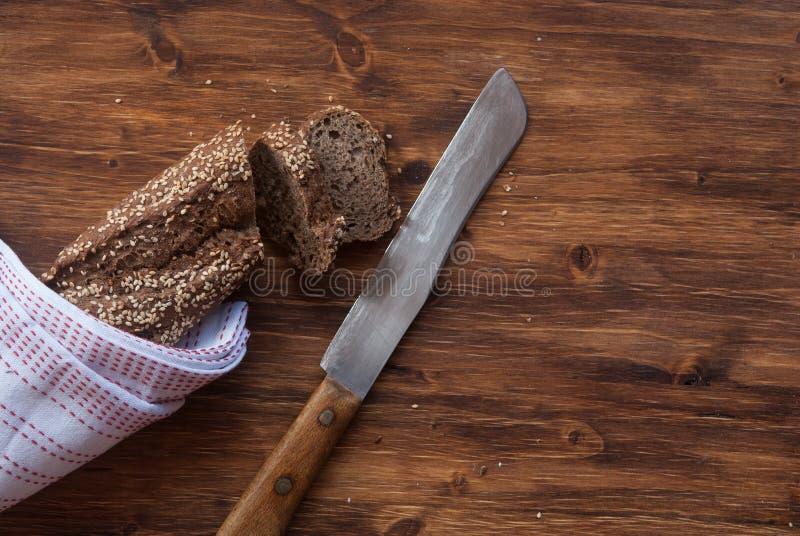 Gesneden brood met graangewassen stock foto