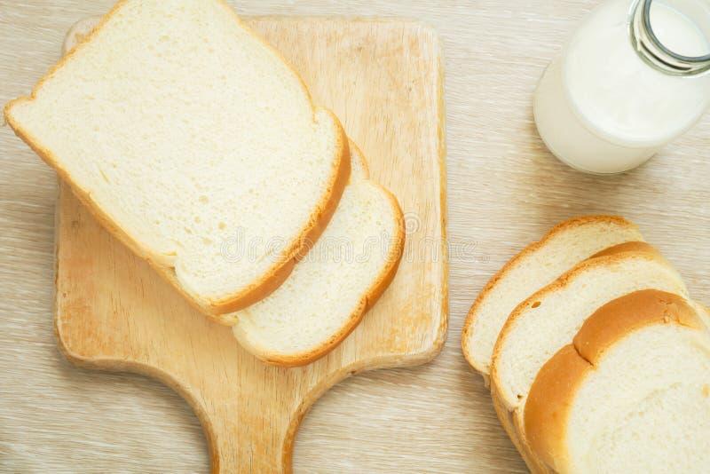 Gesneden brood met melkfles stock afbeelding