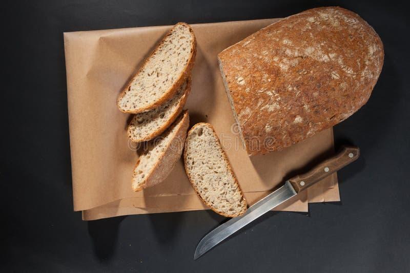 Gesneden brood met mes royalty-vrije stock afbeelding