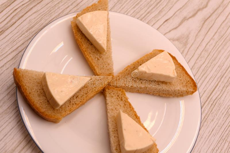 Gesneden brood met roomkaas en boter voor ontbijt royalty-vrije stock afbeeldingen