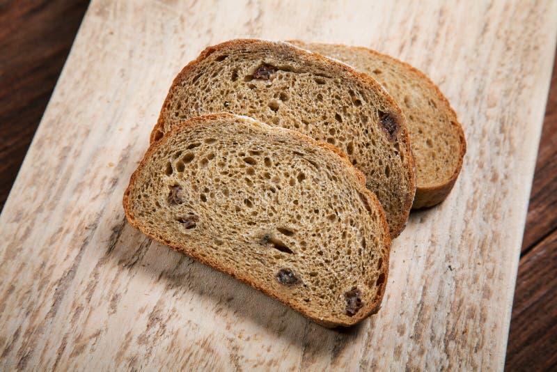 Gesneden brood op een scherpe raad royalty-vrije stock afbeeldingen