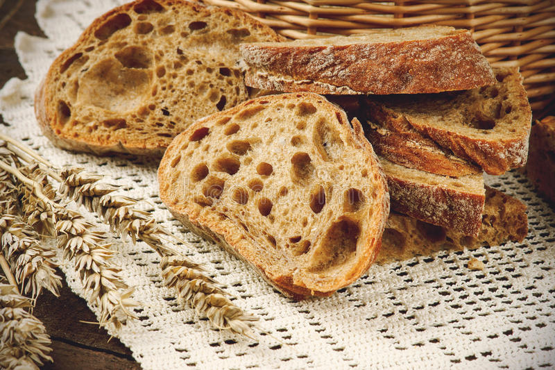 Download Gesneden Brood Op Een Wit Tafelkleed Stock Foto - Afbeelding bestaande uit ontbijt, achtergrond: 54079004