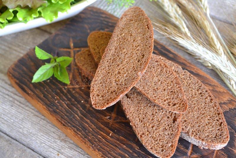 Gesneden brood op scherp raads traditioneel uitstekend beeld royalty-vrije stock afbeelding