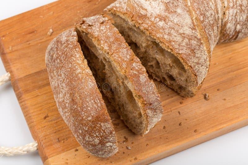Gesneden brood op scherpe raad stock afbeelding